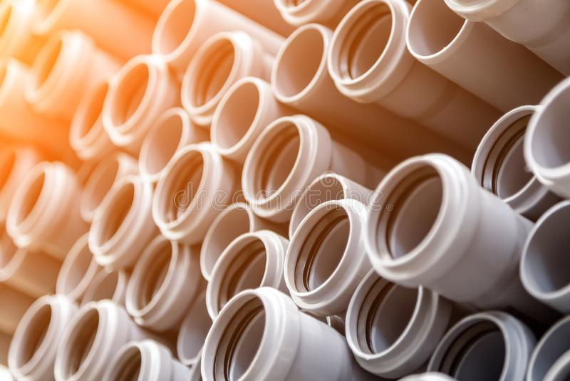 Κλείστε επάνω τους γκρίζους πλαστικούς σωλήνες υδραυλικών στοκ εικόνα με δικαίωμα ελεύθερης χρήσης