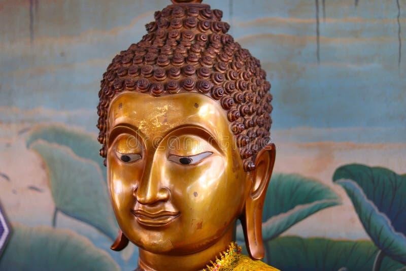 Κλείστε επάνω του αγάλματος του Βούδα σε έναν βουδιστικό ναό στοκ εικόνες