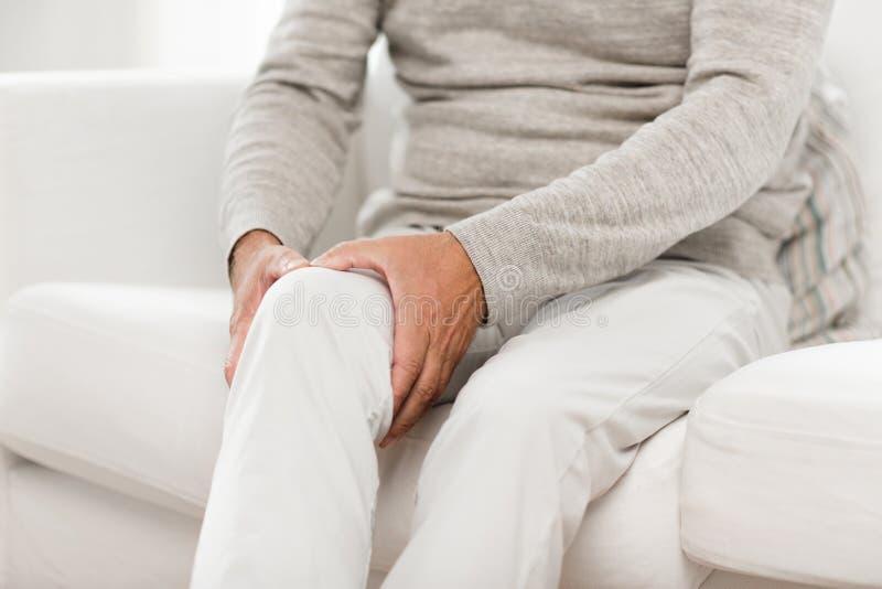 Κλείστε επάνω του ανώτερου ατόμου που πάσχει από τον πόνο γονάτων στοκ φωτογραφίες