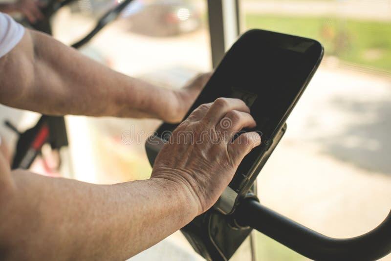 Κλείστε επάνω του ανώτερου ατόμου treadmill στοκ φωτογραφία με δικαίωμα ελεύθερης χρήσης