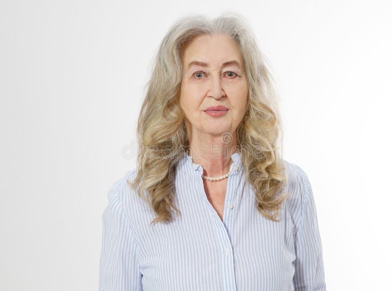 Κλείστε επάνω του ανώτερου προσώπου γυναικών που απομονώνεται στο άσπρο υπόβαθρο Ευτυχής ηλικιωμένη κυρία με το ζαρωμένο δέρμα Υγ στοκ εικόνα