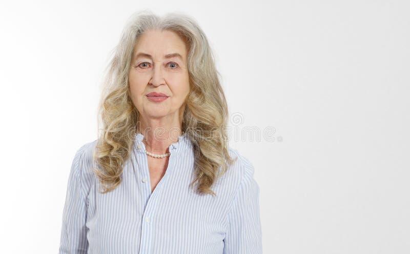 Κλείστε επάνω του ανώτερου προσώπου γυναικών που απομονώνεται στο άσπρο υπόβαθρο Ευτυχής ηλικιωμένη κυρία με το ζαρωμένο δέρμα Υγ στοκ φωτογραφίες με δικαίωμα ελεύθερης χρήσης