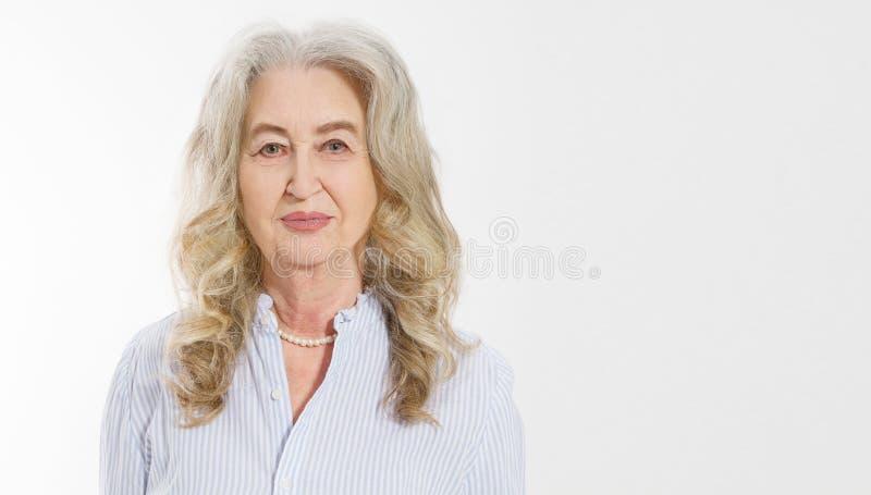 Κλείστε επάνω του ανώτερου προσώπου γυναικών που απομονώνεται στο άσπρο υπόβαθρο Ευτυχής ηλικιωμένη κυρία με το ζαρωμένο δέρμα Υγ στοκ φωτογραφία με δικαίωμα ελεύθερης χρήσης