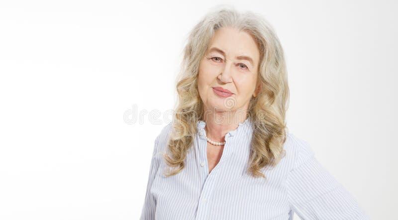Κλείστε επάνω του ανώτερου προσώπου γυναικών στο άσπρο υπόβαθρο Ευτυχής ηλικιωμένη κυρία με το ζαρωμένο δέρμα Υγειονομική περίθαλ στοκ φωτογραφία με δικαίωμα ελεύθερης χρήσης