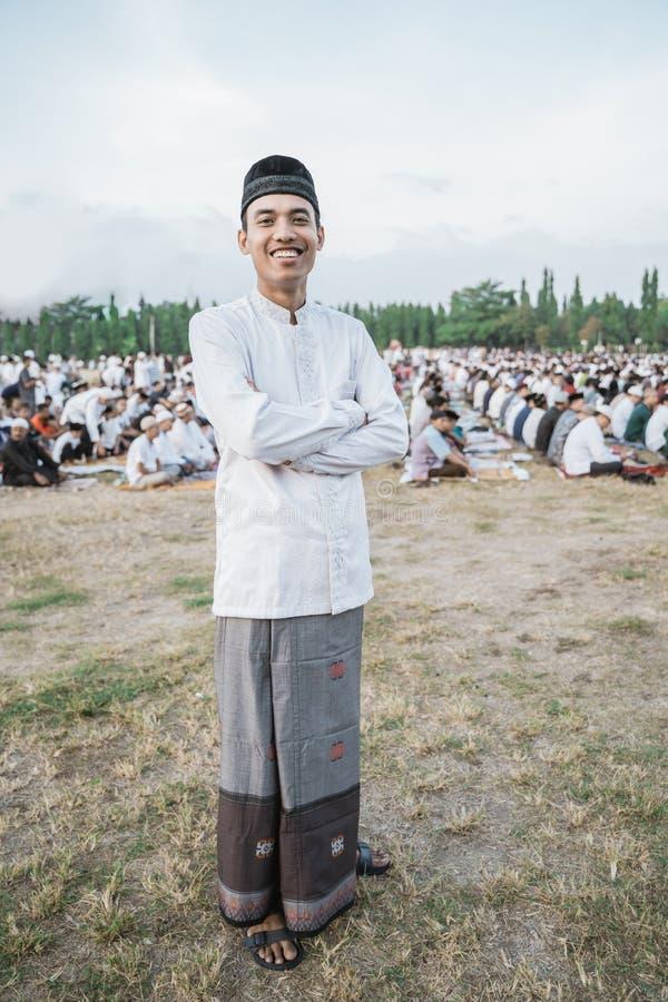 Κλείστε επάνω του ασιατικού χαμόγελου νεαρών άνδρων με τα διασχισμένα χέρια στοκ φωτογραφία με δικαίωμα ελεύθερης χρήσης