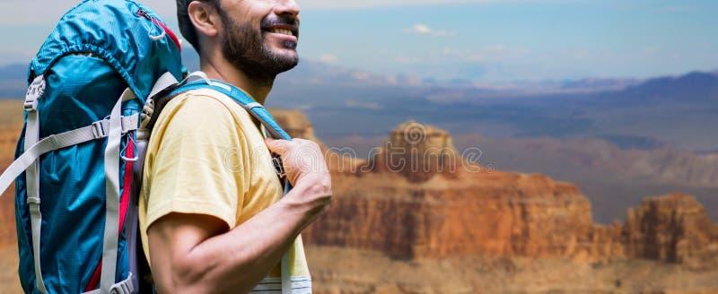 Κλείστε επάνω του ατόμου με το σακίδιο πλάτης πέρα από το μεγάλο φαράγγι στοκ φωτογραφία με δικαίωμα ελεύθερης χρήσης