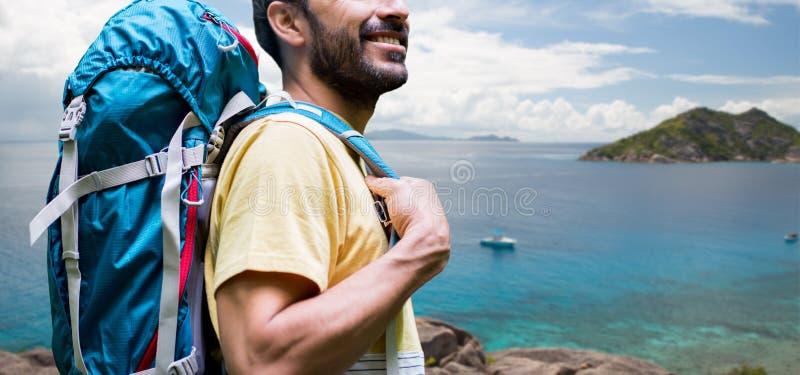 Κλείστε επάνω του ατόμου με το σακίδιο πλάτης πέρα από τις Σεϋχέλλες στοκ φωτογραφία με δικαίωμα ελεύθερης χρήσης
