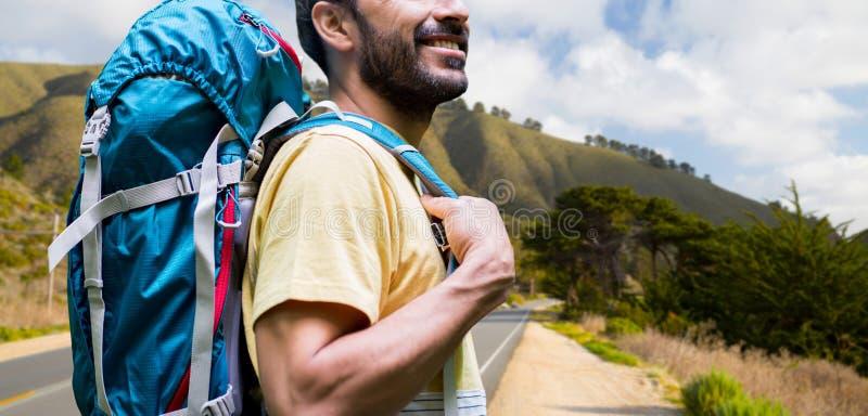 Κλείστε επάνω του ατόμου με το σακίδιο πλάτης πέρα από τους μεγάλους λόφους sur στοκ εικόνες με δικαίωμα ελεύθερης χρήσης