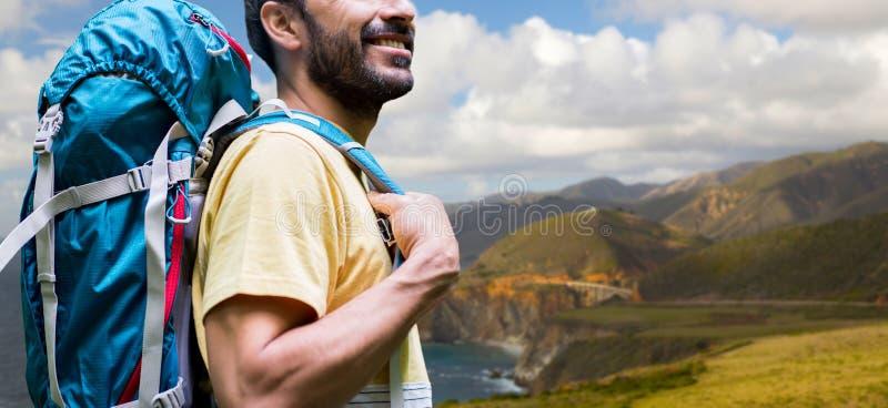Κλείστε επάνω του ατόμου με το σακίδιο πλάτης στη μεγάλη ακτή sur στοκ φωτογραφία με δικαίωμα ελεύθερης χρήσης