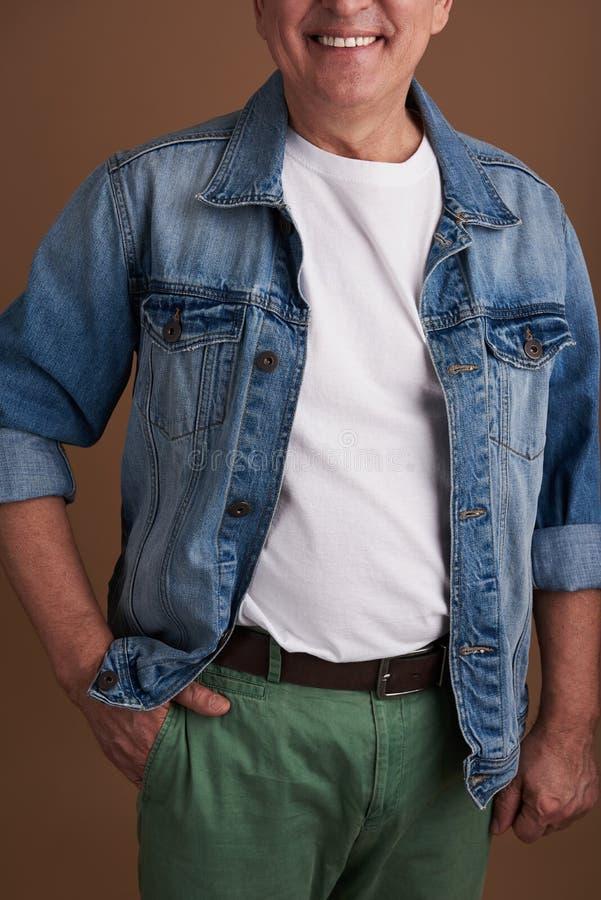 Κλείστε επάνω του ατόμου που έχει παραδίδει την τσέπη του παντελονιού του στοκ εικόνες με δικαίωμα ελεύθερης χρήσης