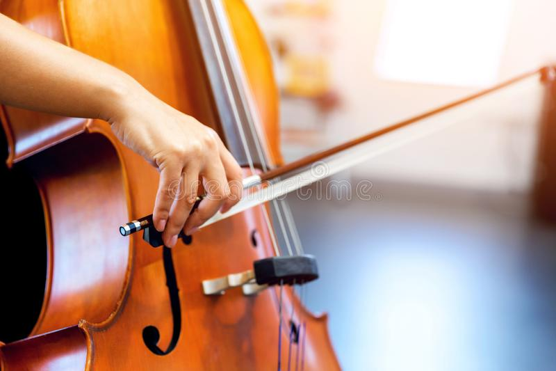 Κλείστε επάνω του βιολοντσέλου με το τόξο στα χέρια στοκ εικόνα με δικαίωμα ελεύθερης χρήσης