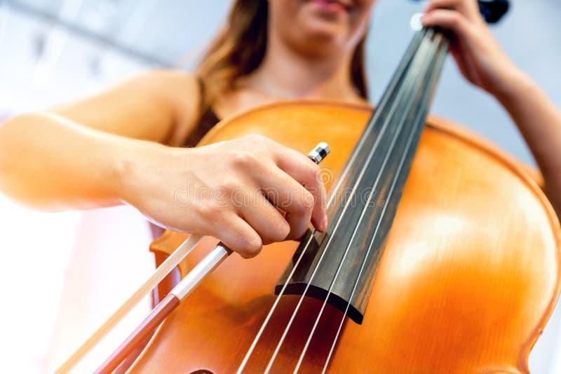 Κλείστε επάνω του βιολοντσέλου με το τόξο στα χέρια στοκ φωτογραφία με δικαίωμα ελεύθερης χρήσης