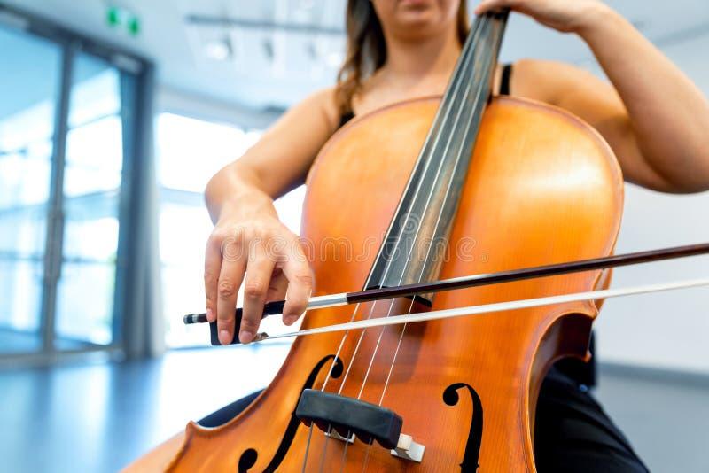 Κλείστε επάνω του βιολοντσέλου με το τόξο στα χέρια στοκ φωτογραφίες