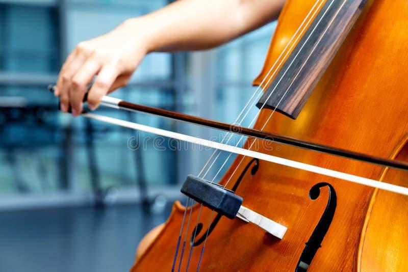 Κλείστε επάνω του βιολοντσέλου με το τόξο στα χέρια στοκ φωτογραφία