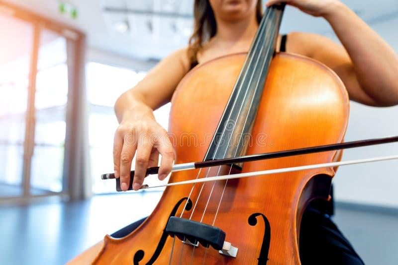 Κλείστε επάνω του βιολοντσέλου με το τόξο στα χέρια στοκ εικόνες με δικαίωμα ελεύθερης χρήσης