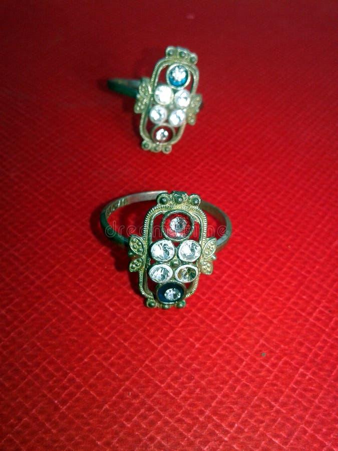 Κλείστε επάνω του δαχτυλιδιού διαμαντιών δέσμευσης Έννοια αγάπης και γάμου στοκ φωτογραφία με δικαίωμα ελεύθερης χρήσης