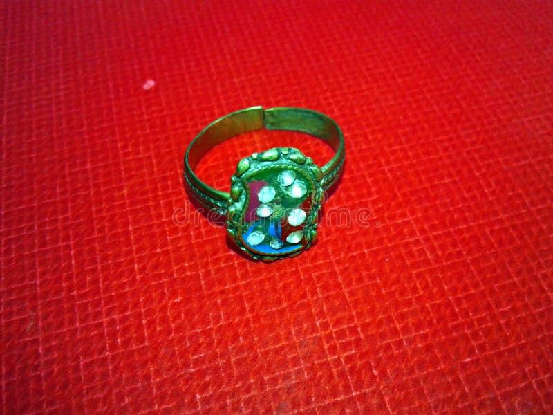 Κλείστε επάνω του δαχτυλιδιού διαμαντιών δέσμευσης Έννοια αγάπης και γάμου στοκ εικόνα με δικαίωμα ελεύθερης χρήσης