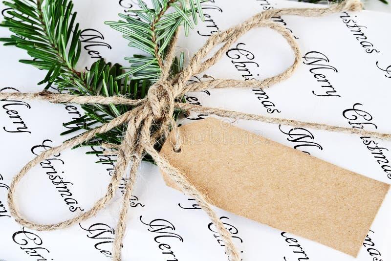 Κλείστε επάνω του δώρου Χριστουγέννων με την κενή ετικέττα στοκ φωτογραφία