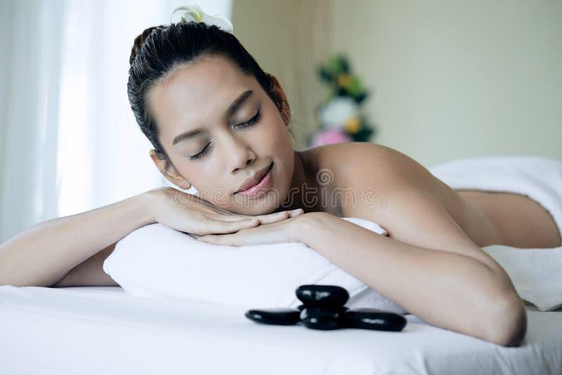 Κλείστε επάνω του ελκυστικού νέου ασιατικού ύπνου γυναικών κατά τη διάρκεια να πάρει τη SPA στοκ εικόνες με δικαίωμα ελεύθερης χρήσης
