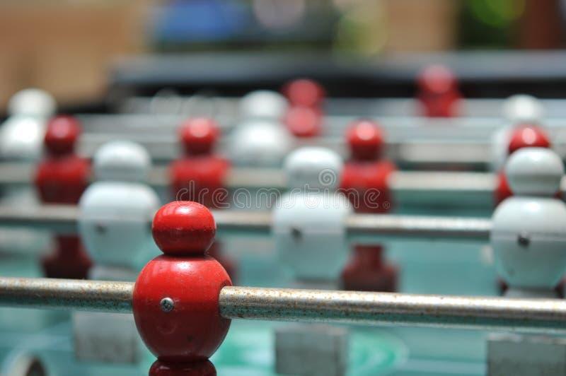 Κλείστε επάνω του επιτραπέζιου ποδοσφαιρικού παιχνιδιού, πίνακας ποδοσφαίρου με τους κόκκινους και λευκούς φορείς στοκ φωτογραφία με δικαίωμα ελεύθερης χρήσης