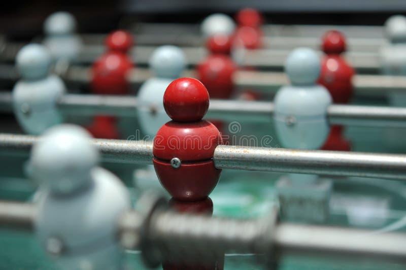 Κλείστε επάνω του επιτραπέζιου ποδοσφαιρικού παιχνιδιού, πίνακας ποδοσφαίρου με τους κόκκινους και λευκούς φορείς στοκ εικόνα