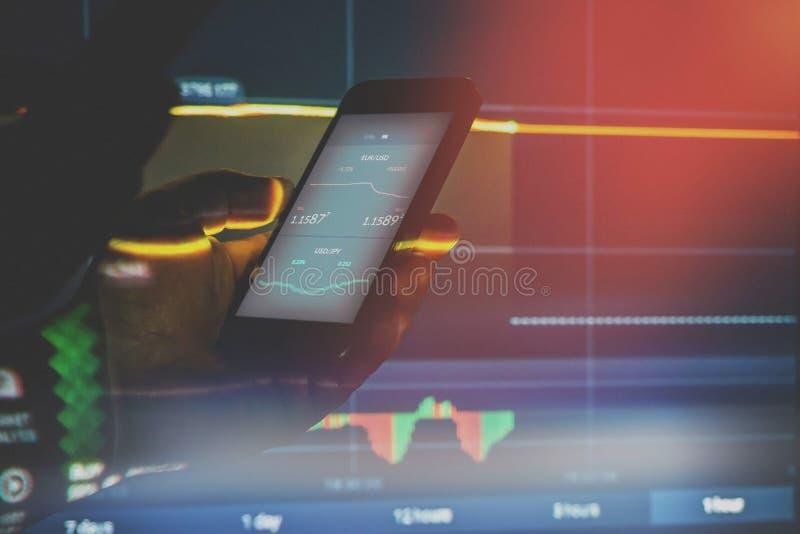 Κλείστε επάνω του επιχειρηματία στο σκοτάδι χρησιμοποιώντας το κινητό έξυπνο τηλέφωνο στοκ φωτογραφία με δικαίωμα ελεύθερης χρήσης