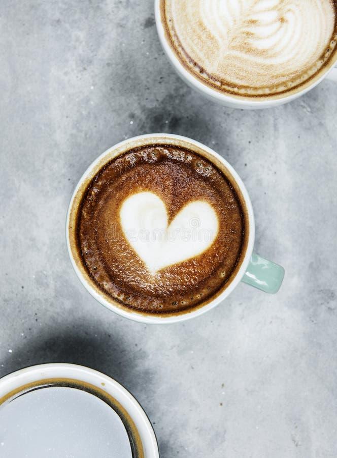 Κλείστε επάνω του ζεστού ποτού καφέ τέχνης latte στοκ φωτογραφίες