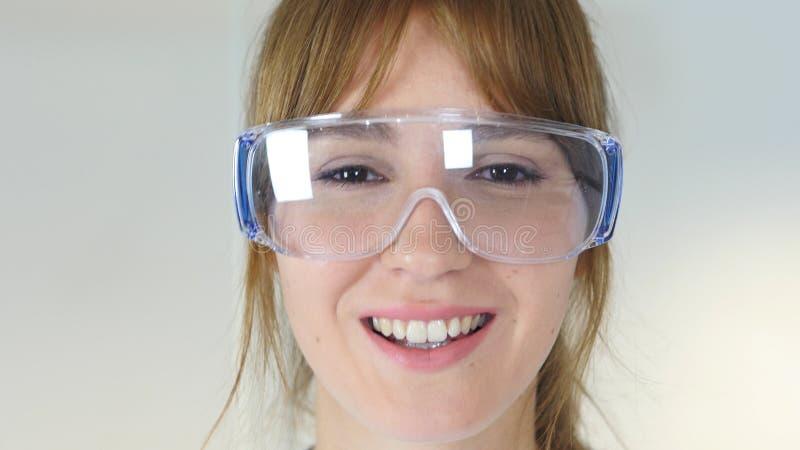 Κλείστε επάνω του θηλυκού επιστήμονα reseach, γιατρός που φορά τα προστατευτικά γυαλιά στοκ εικόνες