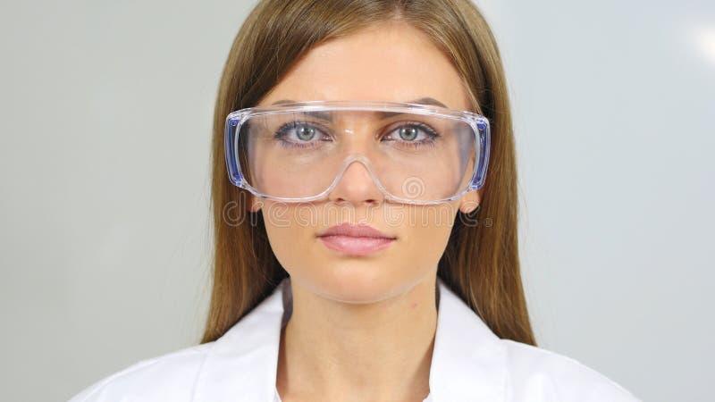 Κλείστε επάνω του θηλυκού επιστήμονα reseach, γιατρός που φορά τα προστατευτικά γυαλιά στοκ εικόνα