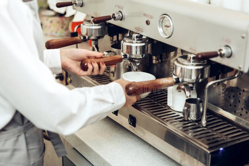 Κλείστε επάνω του θηλυκού barista προετοιμάζοντας τον καφέ στοκ εικόνες