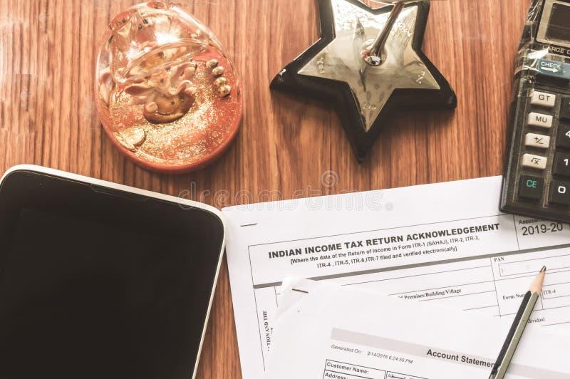 Κλείστε επάνω του ινδικού εντύπου φορολογικής δήλωσης που itr-2 φόρου εισοδήματος έντυπο φορολογικής δήλωσης είναι στον πίνακα δί στοκ εικόνα