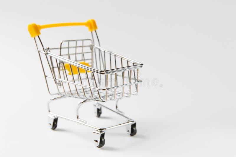 Κλείστε επάνω του κάρρου ώθησης παντοπωλείων υπεραγορών για τις αγορές τις μαύρες ρόδες και τα κίτρινα πλαστικά στοιχεία στη λαβή στοκ εικόνες με δικαίωμα ελεύθερης χρήσης