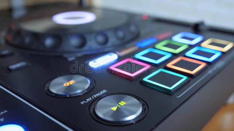 Κλείστε επάνω του κουμπιού παιχνιδιού του οργάνου του DJ με Drumpad στοκ εικόνα με δικαίωμα ελεύθερης χρήσης