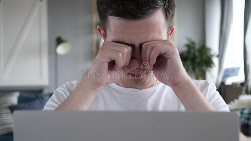Κλείστε επάνω του κουρασμένου ατόμου που τρίβει τα μάτια εργαζόμενου στο lap-top στοκ εικόνες με δικαίωμα ελεύθερης χρήσης