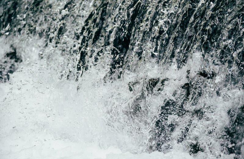 Κλείστε επάνω του κρύου γλυκού νερού στον ποταμό βουνών, ορμητικά σημεία ποταμού, whitewater στοκ εικόνες με δικαίωμα ελεύθερης χρήσης