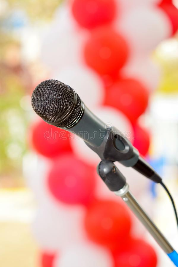 Κλείστε επάνω του μικροφώνου στη αίθουσα συναυλιών ή τη αίθουσα συνδιαλέξεων στοκ φωτογραφία με δικαίωμα ελεύθερης χρήσης