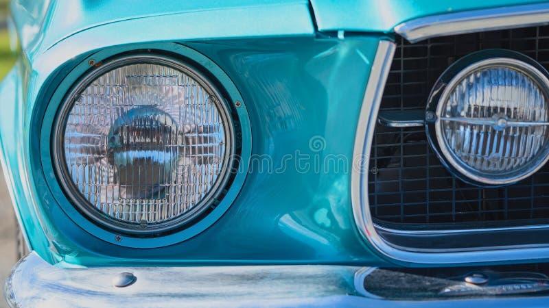 Κλείστε επάνω του μπλε κλασικού προβολέα αυτοκινήτων στοκ εικόνα