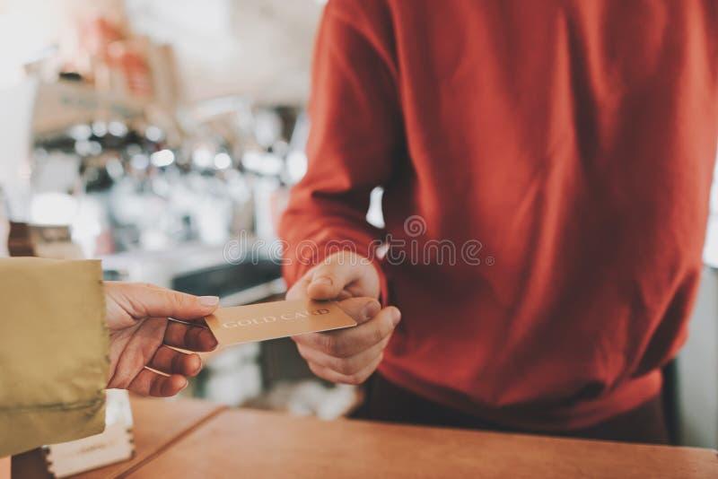Κλείστε επάνω του νέου λογαριασμού γυναικείας αμοιβής από την πιστωτική κάρτα στοκ φωτογραφία με δικαίωμα ελεύθερης χρήσης