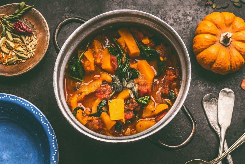 Κλείστε επάνω του νόστιμου πιάτου κολοκύθας στο μαγείρεμα του δοχείου στο σκοτεινό αγροτικό επιτραπέζιο υπόβαθρο κουζινών, τοπ άπ στοκ εικόνες