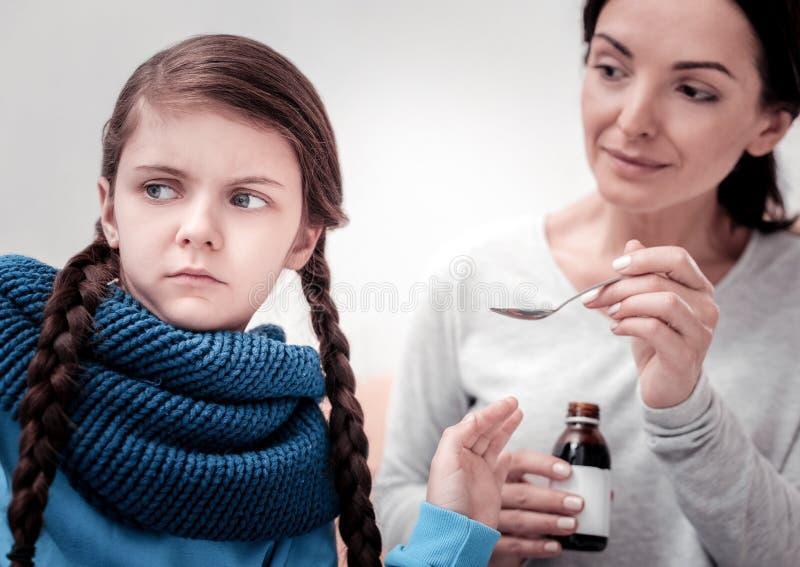 Κλείστε επάνω του παιδιού με το σιρόπι βήχα στοκ εικόνες
