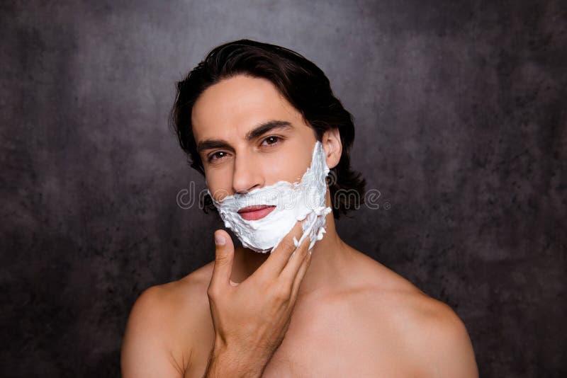 Κλείστε επάνω του προσώπου του εύθυμου ισπανικού ατόμου μιγάδων με το λευκό FOA στοκ φωτογραφία με δικαίωμα ελεύθερης χρήσης