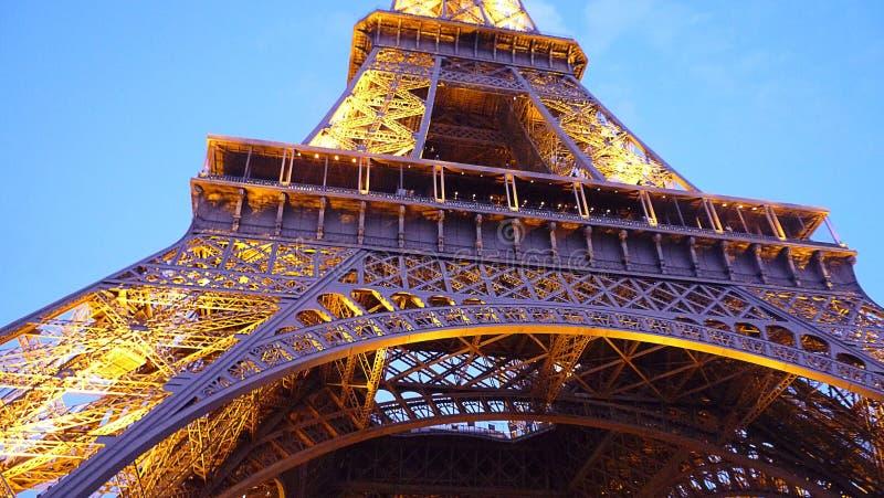 Κλείστε επάνω του πύργου του Άιφελ με τα φω'τα στοκ φωτογραφίες