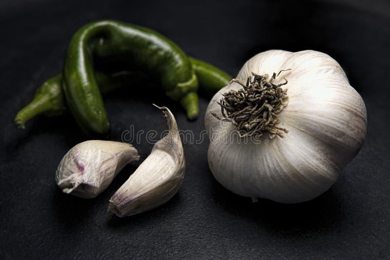 Κλείστε επάνω του σκόρδου και των πράσινων πιπεριών στοκ εικόνες με δικαίωμα ελεύθερης χρήσης