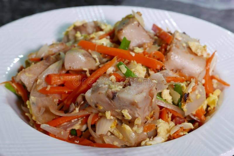 Κλείστε επάνω του τηγανισμένου κινεζικού taro κέικ στον πίνακα στην κουζίνα στοκ φωτογραφίες