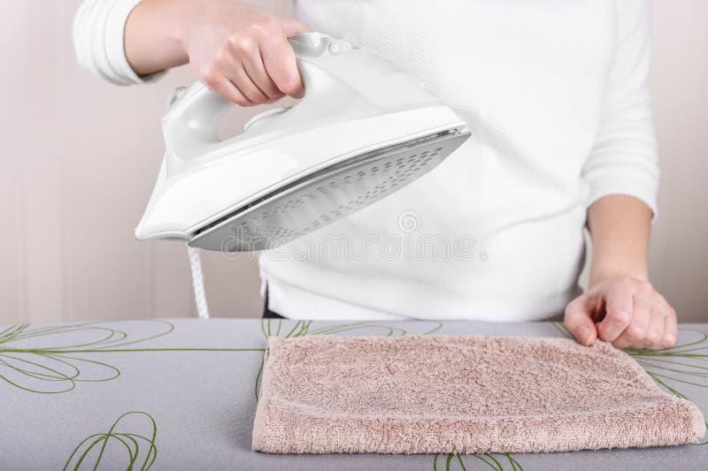 Κλείστε επάνω του χεριού κρατώντας το ηλεκτρικό έγκαυμα σιδήρου στοκ εικόνα με δικαίωμα ελεύθερης χρήσης