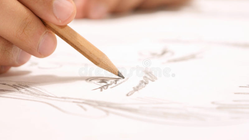 Κλείστε επάνω του χεριού με το σκίτσο σχεδίων μολυβιών σε χαρτί στοκ φωτογραφία με δικαίωμα ελεύθερης χρήσης