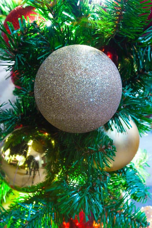 Κλείστε επάνω του χριστουγεννιάτικου δέντρου με τις χρυσές σφαίρες Χριστουγέννων glittery στοκ εικόνες με δικαίωμα ελεύθερης χρήσης