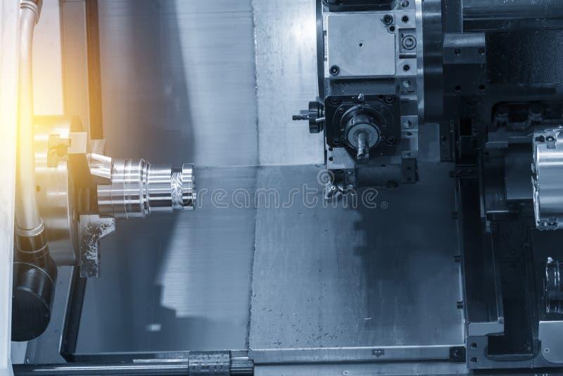 Κλείστε επάνω του CNC τόρνου στερεώνοντας την πρώτη ύλη στοκ φωτογραφία