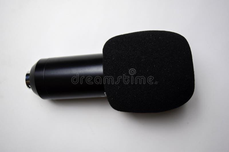 Κλείστε επάνω το αναδρομικό μικρόφωνο που απομονώνεται στο άσπρο υπόβαθρο στοκ εικόνες με δικαίωμα ελεύθερης χρήσης