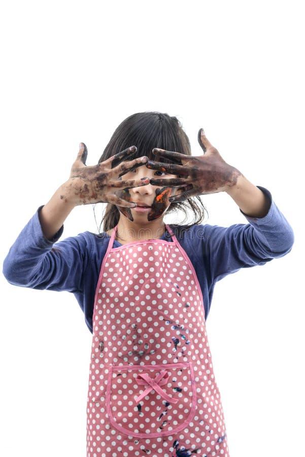 Κλείστε επάνω το αστείο μικρό κορίτσι με βρώμικο και το πρόσωπο που χρωματίζεται στο λευκό στοκ εικόνες